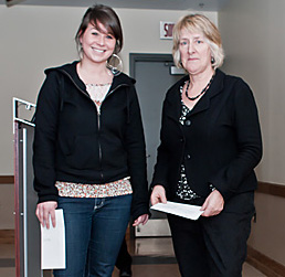 De gauche à droite, madame Evelyne Denis, étudiante à l'université du Québec à Montréal et madame Françoise Lebeau, membre du conseil d'administration de la Fondation.
